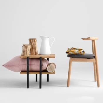 Lot de 2 chaises en bois teint� noyer � l'assise recouverte de tissu couleur Carbone
